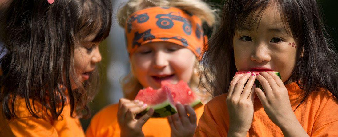 Barn som spiser frukt