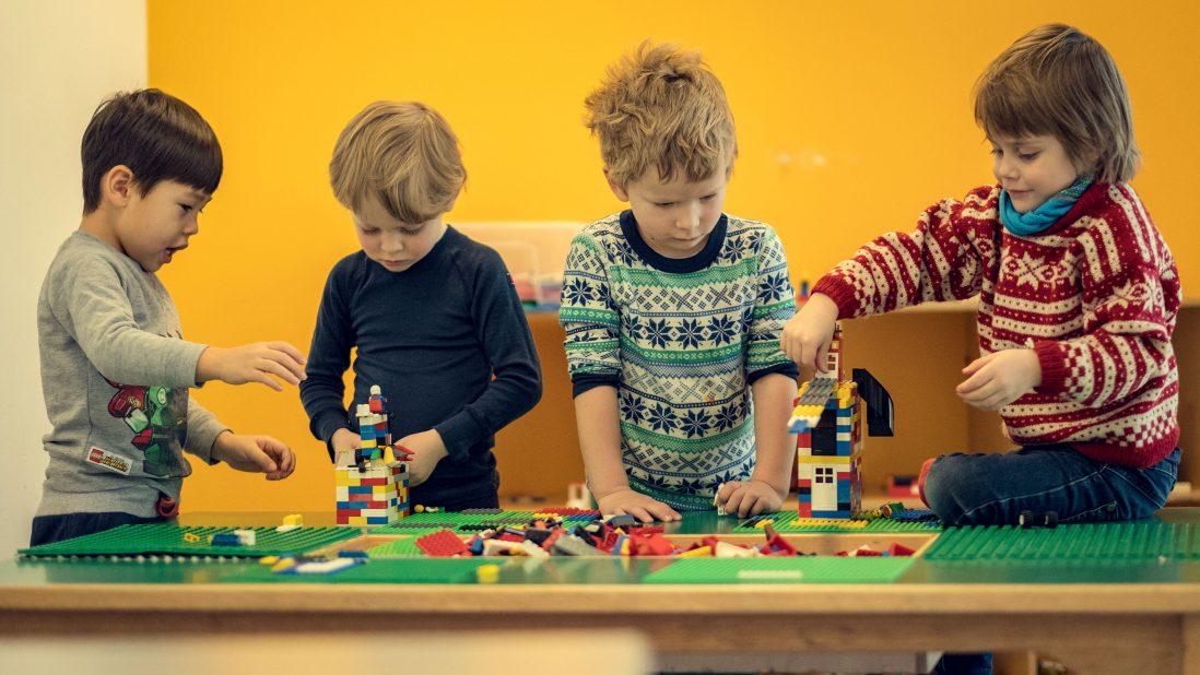 Fire gutter leker med lego i barnehagen